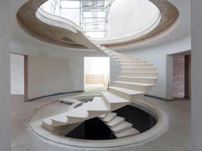 这个好像浮在空中的螺旋楼梯,是怎么做到的?